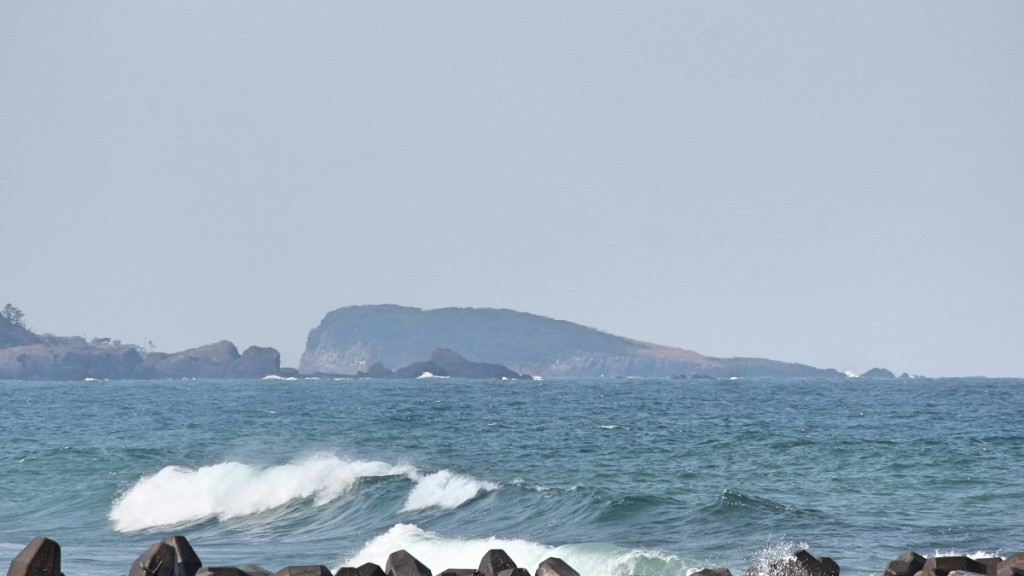 遠方に見えるのは雄島
