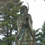かなり巨大な石像です。